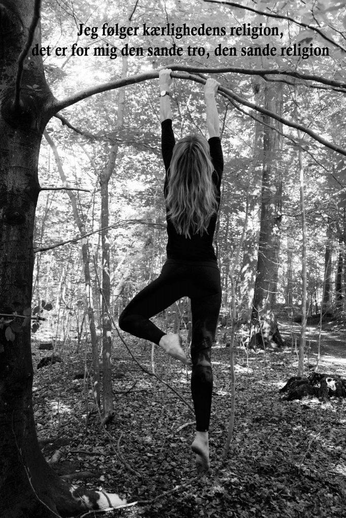 Vrksasana (træet) ved yogalærer Lotte Voetmann Stevns- privat yogaundervisning