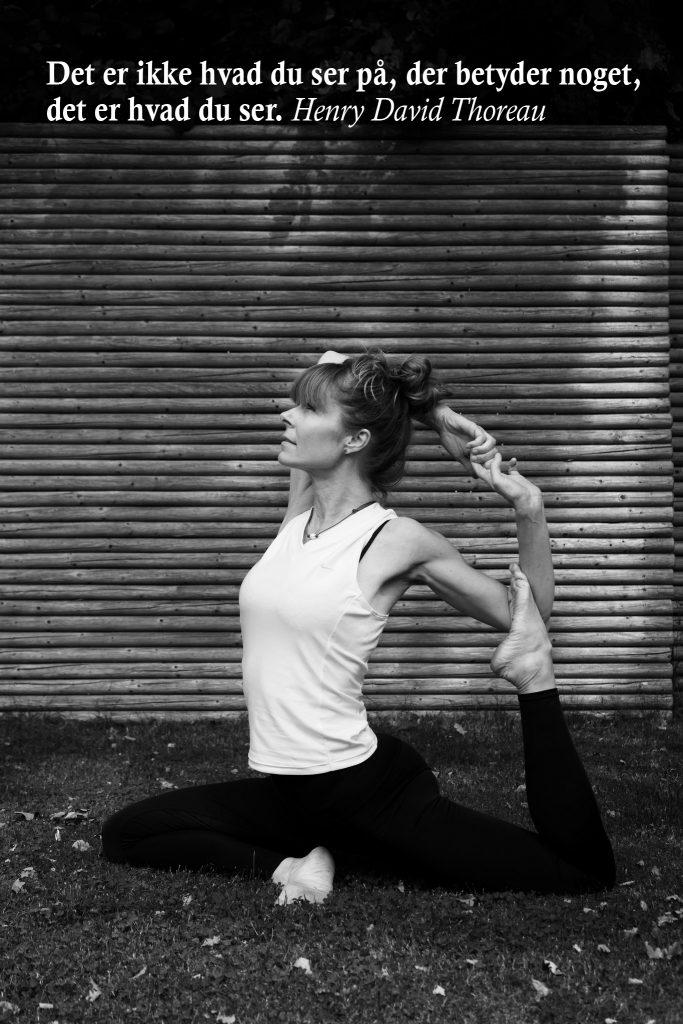 Eka Pada Rajakapotasana (et benet duestilling) ved yogalærer Lotte Voetmann Stevns- kontoryoga